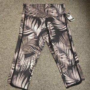 🌟 NWT Women's capri length active pants size L